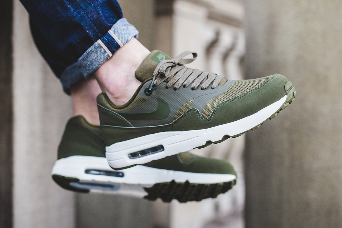 nike air max 1 essential on feet