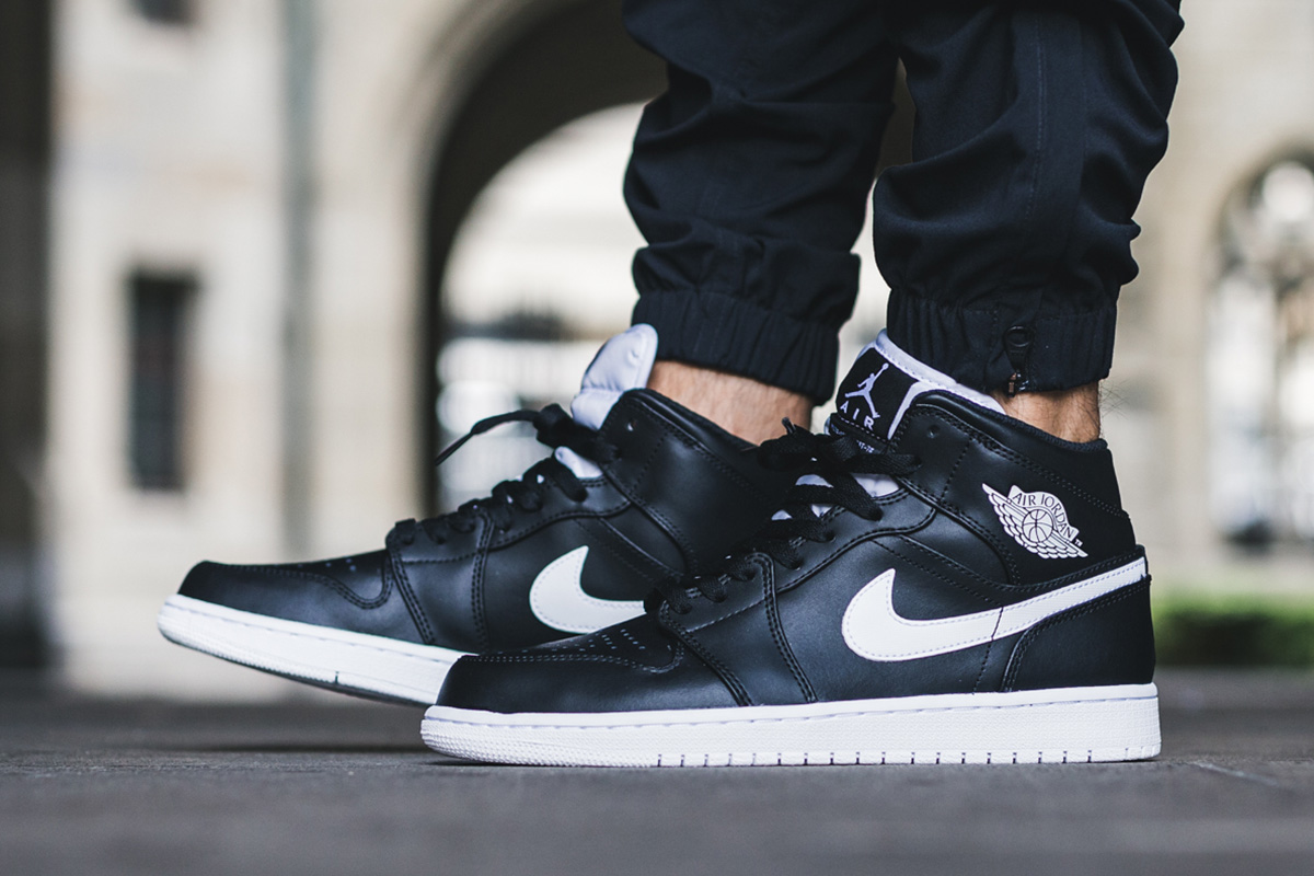 air jordan 1 mid black and white