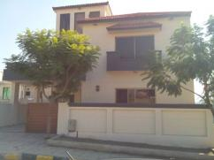 10 Marla 5 Bedrooms Beautifully Located Double Storey House For Sale