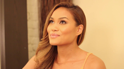 Daphne Joy talks with a doctor about treating her skin