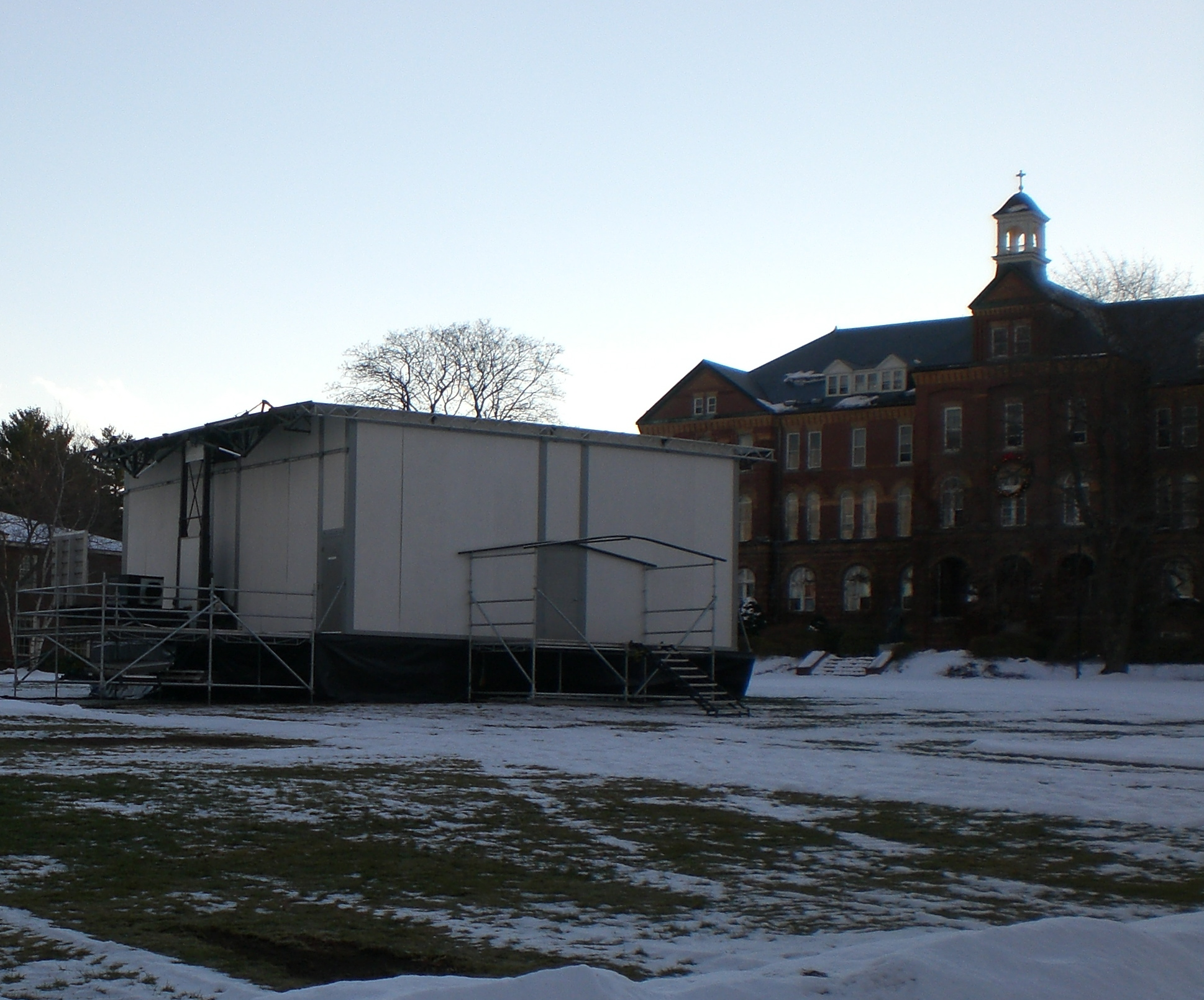 """Saint Anselm College Quad with the """"Fox-Box"""", from which the network reported live during the 2004 and 2008 New Hampshire primaries"""