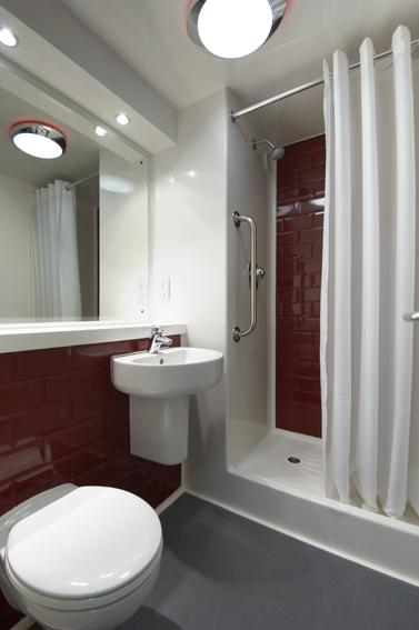 Chichester Central Hotel - Shower