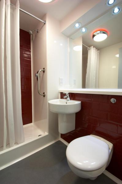 Llanelli Central - Double bathroom