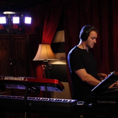 Mikael Oganes - Keys/Synth/Dj