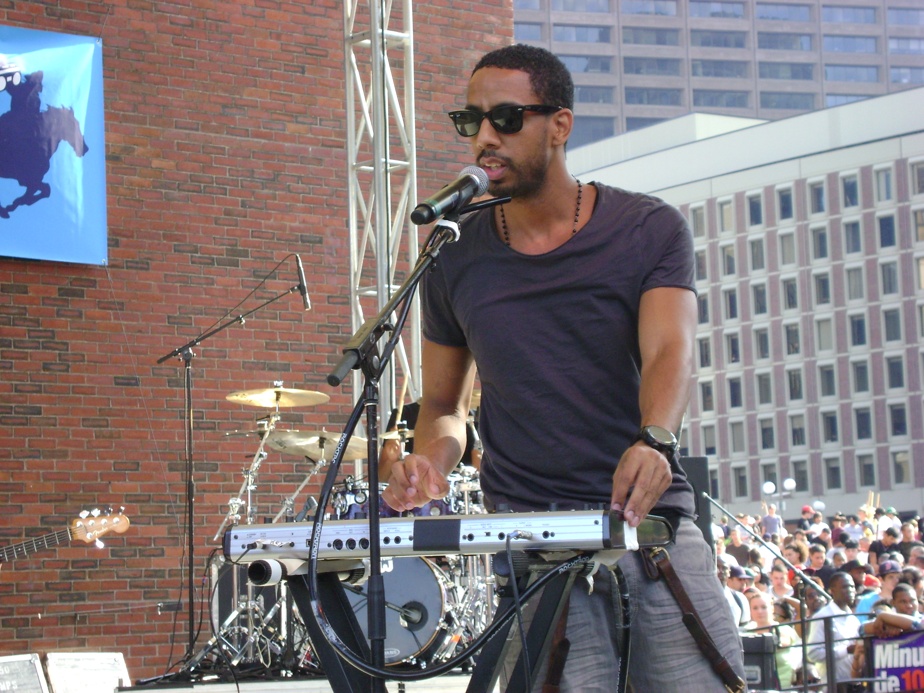 Ryan Leslie performing at the B.U.M.P. Music Festival in Boston in 2010.