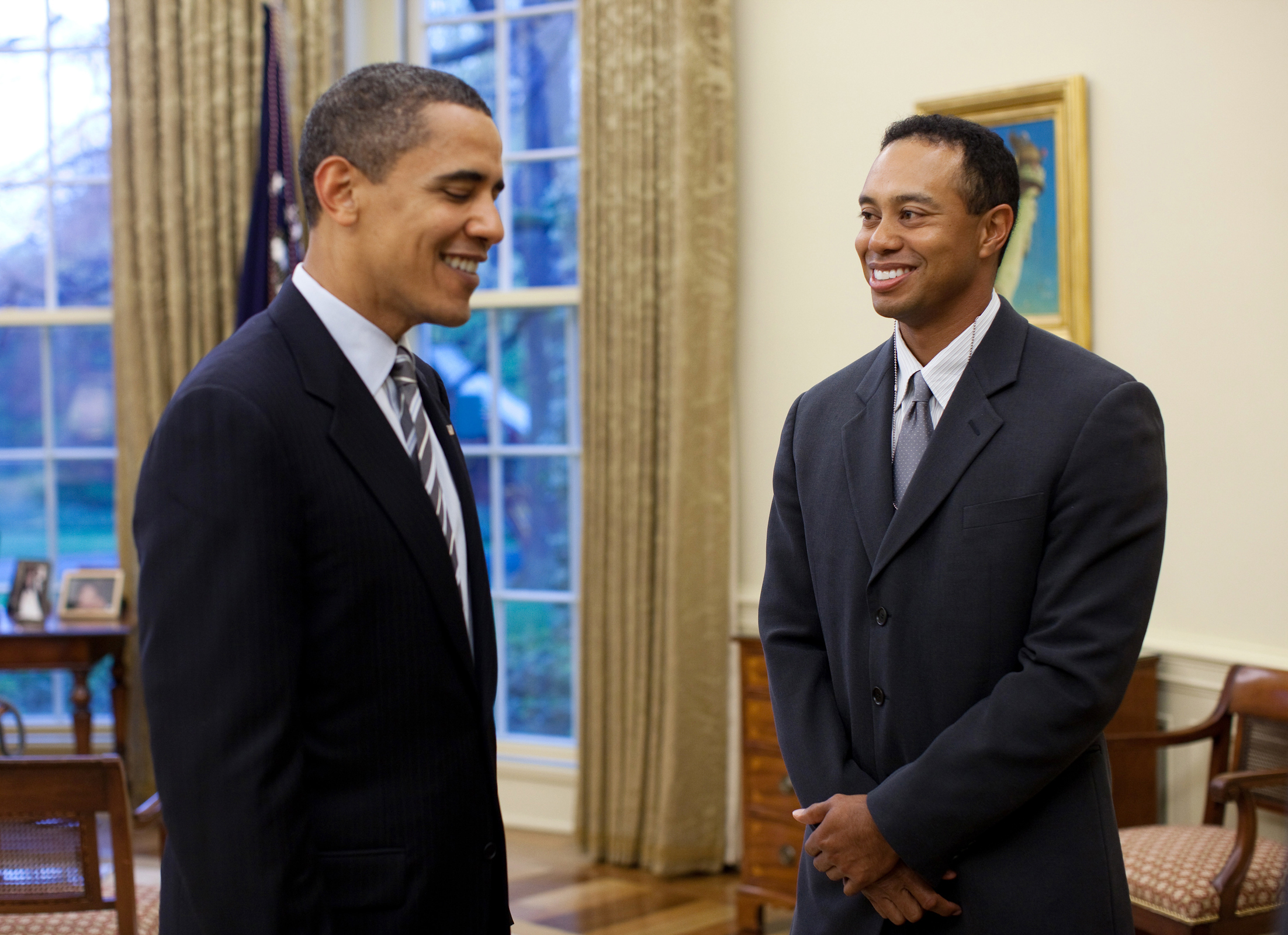 Woods meets with United States President Barack Obama in the Oval Office. (April 2009)