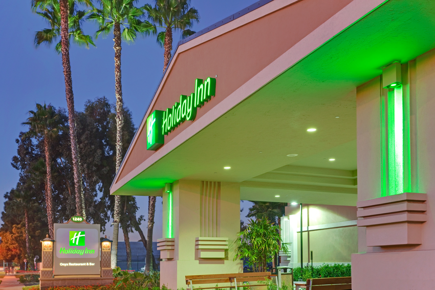 Holiday Inn Hotel & Suites Anaheim (1 Blk/Disneyland?)