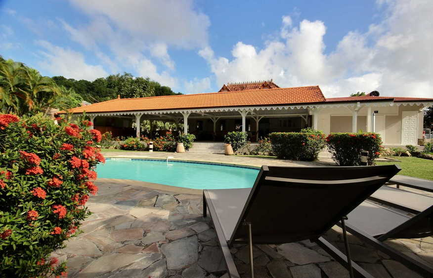 Location villa avec piscine sainte anne martinique i bella for Bungalow avec piscine martinique