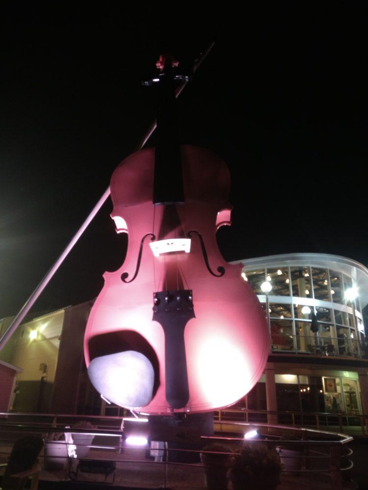 Escultura gigante de um fiddle.
