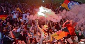 Torcedores alemaes tomam ruas de berlim em comemoracao pelo quarto titulo mundial de futebol do pais 1405300094181 956x500 article