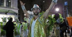 13fev2015   o rei da folia chris bicourt anima londrinos que se juntaram para assistir o desfile da london school of samba na capital inglesa o desfile terminou com apresentacao da escola 1423850683303 956x500 article