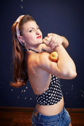 Ht linsey lindberg most apples crushed with bicep guinness world record jc 140910 2x3 1600 article