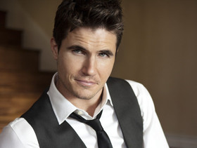 Robbie amell1 e1421888570494 article