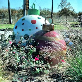 Extra large ornaments in grapevine article