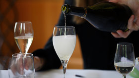 Sushi sparkling pouring ruinart 2000x1125 article