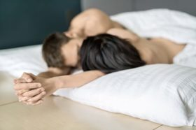 Couple in bed kissing 500x333 article