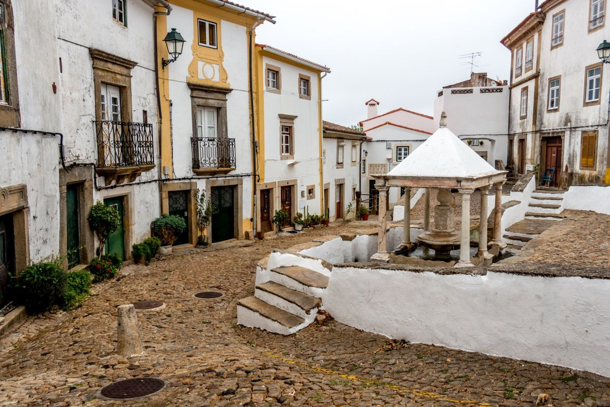 One of the landmarks of the town is the  fountain in the jewish quarter called fonte da vila