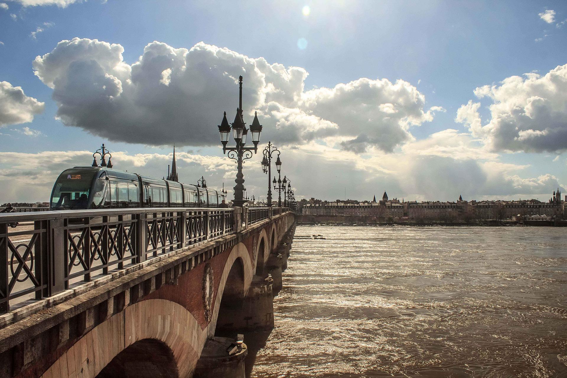 Bordeaux_pont_CC0.jpg?1543405006