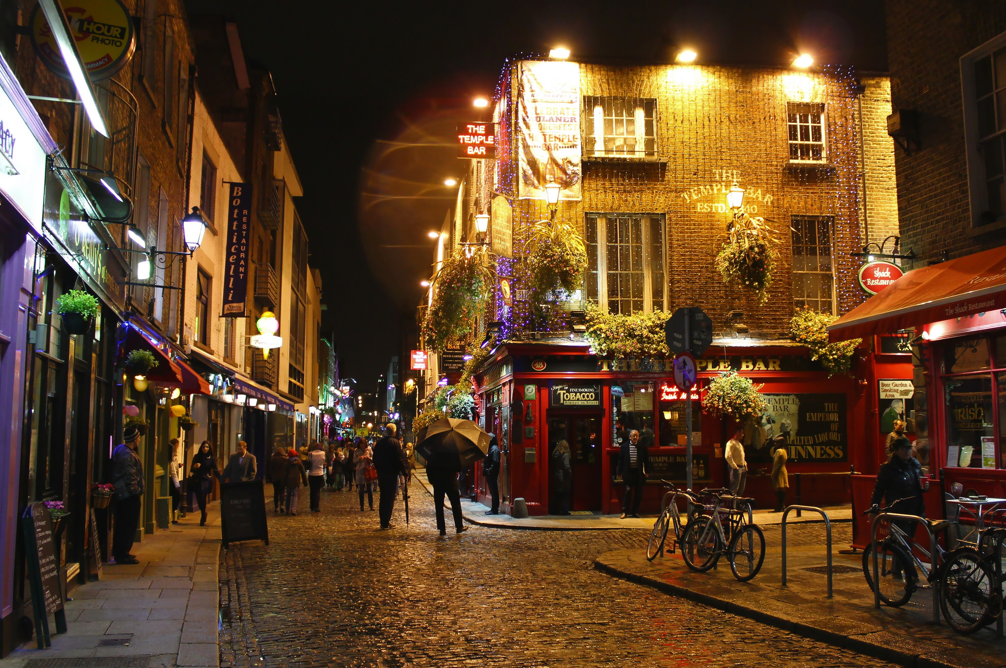 Dublin_by_night_Temple_Bar_CC0.jpg?1544805477