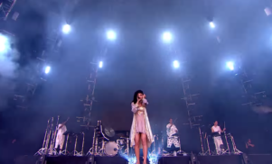 FKA Twigs – 'Water Me' Live at Glastonbury 2015
