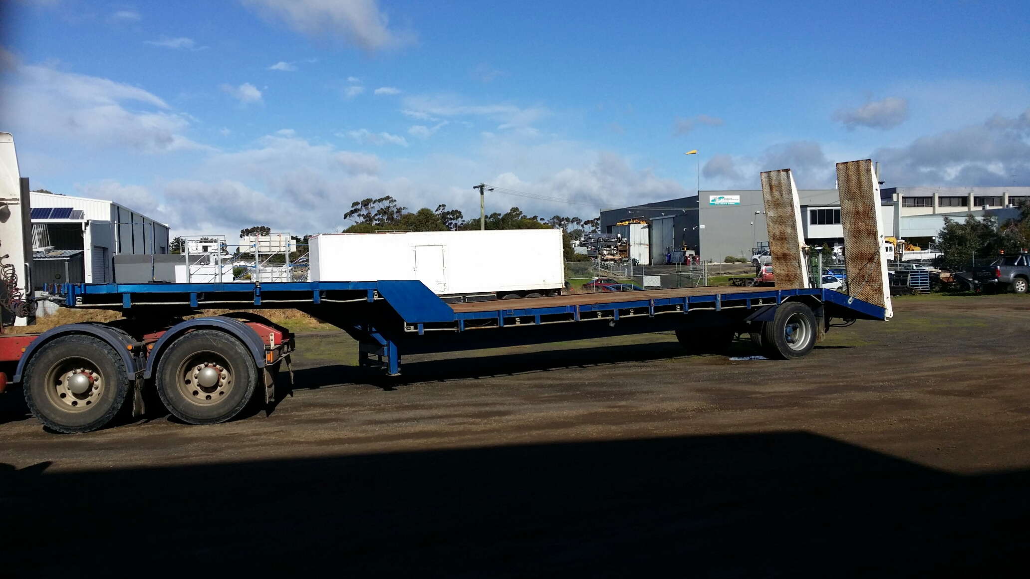 With Drop Axle Semi : Drop deck semi trailer with beaver tail and v hydraulic