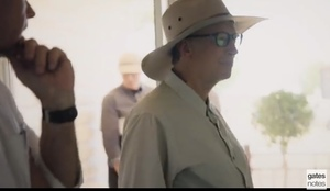 Bill Gates turns up in the outback - Praises company