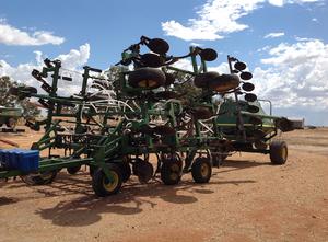John Deere 610 30 ft air seeder and 777 air cart