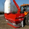 Hydraulic bag lifter for fertilizer spreader