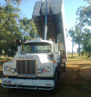 Mack 285 Maxidyne, In good condition complete with Bulk Grain Bin