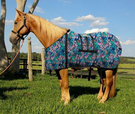 Capa Protetora com Barrigueira Boots Horse Flores