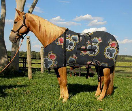 Capa Protetora com Barrigueira Boots Horse Naipes do Baralho