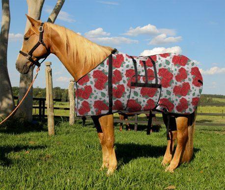 Capa Protetora com Barrigueira Boots Horse Rosas Vermelhas