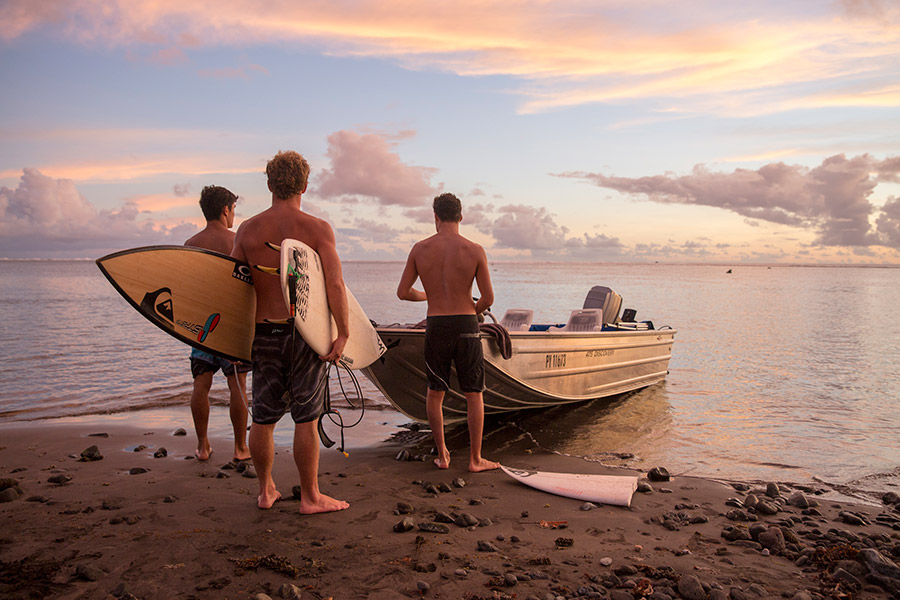 Surfers in French Polynesia - Tashavanzandt