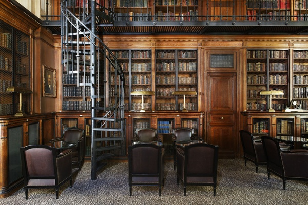 The library bar at the Saint James Paris.