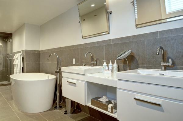 White Fences Inn bathroom