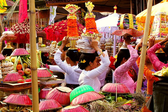 "Preparing for odalan at Panti Timbrah in Klungkung. Photo: <a title=""Riza Nugraha"" href=""http://www.flickr.com/photos/rnugraha/148476893/"" target=""_blank"">Riza Nugraha</a> / Flickr"