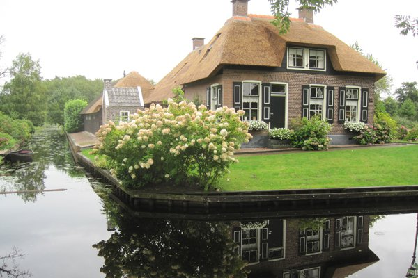 "<p>Photo: <a title=""Wikipedia Commons"" href=""http://commons.wikimedia.org/wiki/File:Giethoorn_house.jpg"" target=""_blank"">Bj.schoenmakers</a> / Wikipedia Commons</p>"