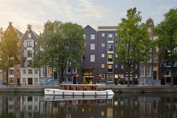 """Pulitzer Hotel and """"The Tourist"""" salon boat"""