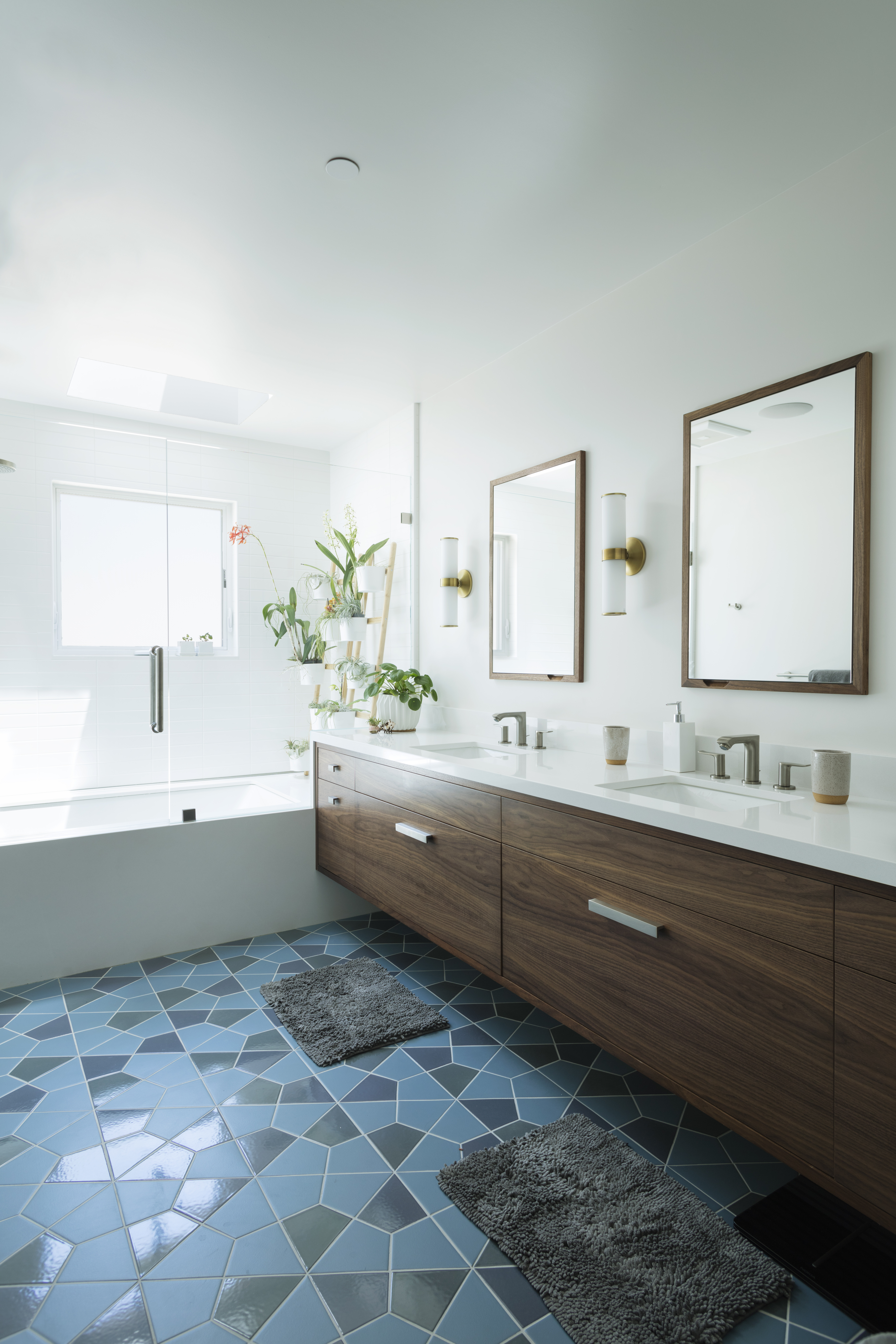 2017_Q4_Img_HI_RES_RIGHTS_young_america_creative_designer_commons_and_burt_contractor_ram_tile_sub_Lydia_lyons_interior_design_roger_casas_photographer_ceramic_blend_bathroom_floor_slate_blue_nautical_dusty_blue_3.jpg?mtime=20190220123025#asset:437940