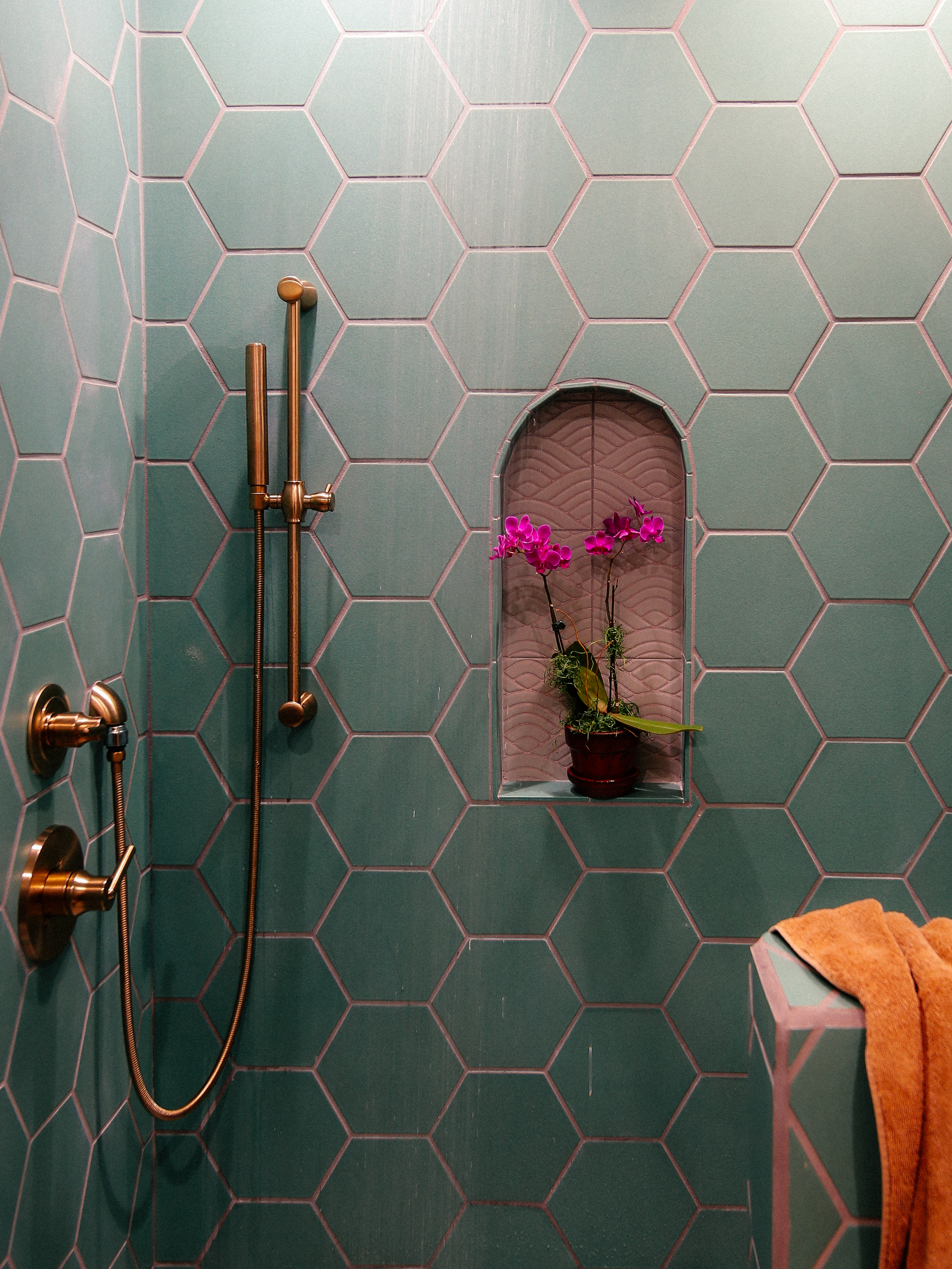 2018_Q3_image_residential_influencer_full_rights_Justina-Faith-Blakeney_parents_condo_guest_bathroom_shower_pony_wall_tile_hexagon_8_tidewater_floor_handpainted_summit_neutral_motif_arched_niche_detail.jpg?mtime=20181008104607#asset:420145