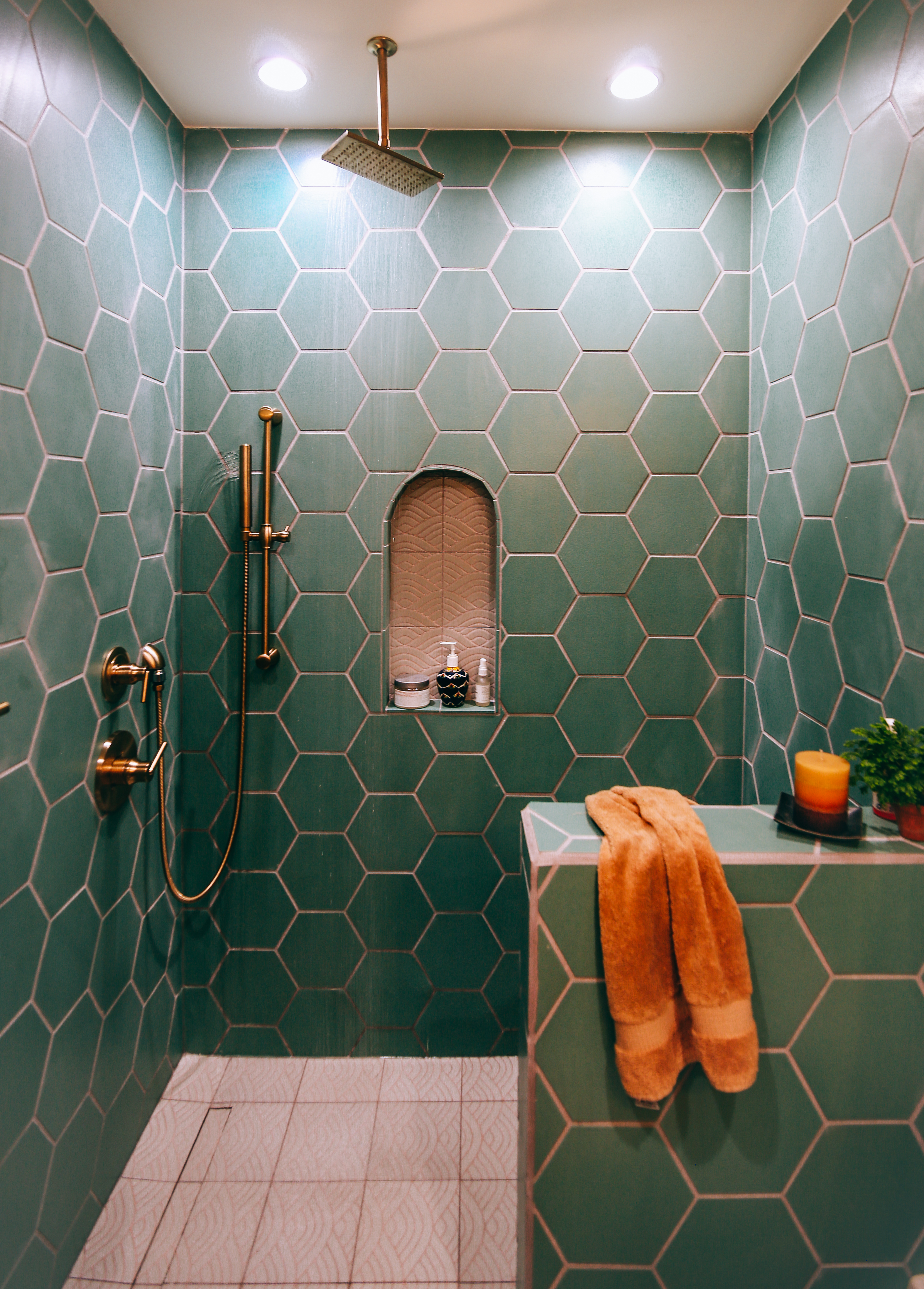 2018_Q3_image_residential_influencer_full_rights_Justina-Faith-Blakeney_parents_condo_guest_bathroom_shower_pony_wall_tile_hexagon_8_tidewater_floor_handpainted_summit_neutral_motif_arched_niche_full_2.jpg?mtime=20181008100049#asset:420125