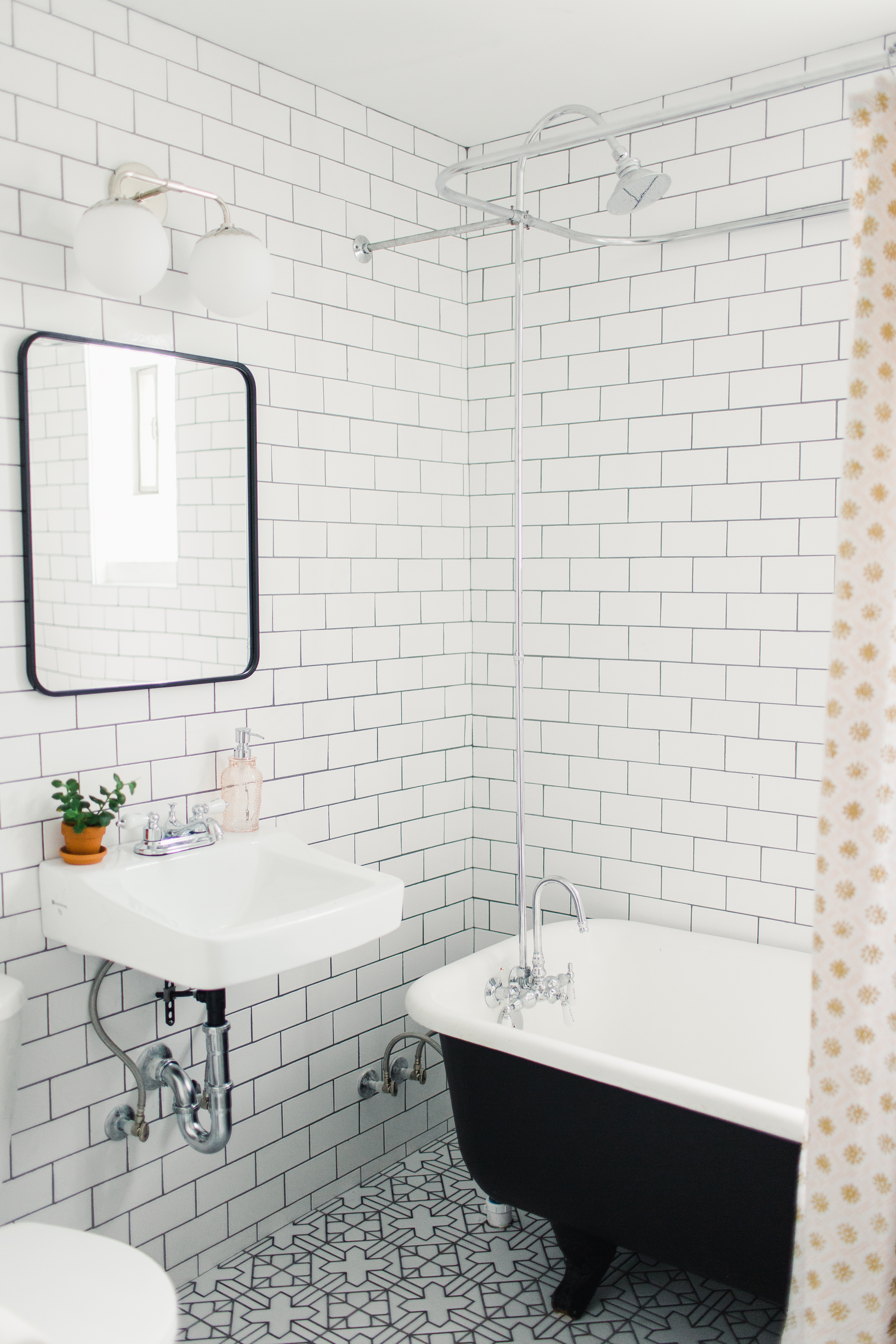 2018_Q4_image_hi_res_full-rights_influencer_Patty-Wagner_bathroom_floor_handpainted_tile_kasbah_neutral_motif_wall_3x6_subway_white_gloss_sink_detail_FC-232655.jpg?mtime=20181023093037#asset:422732