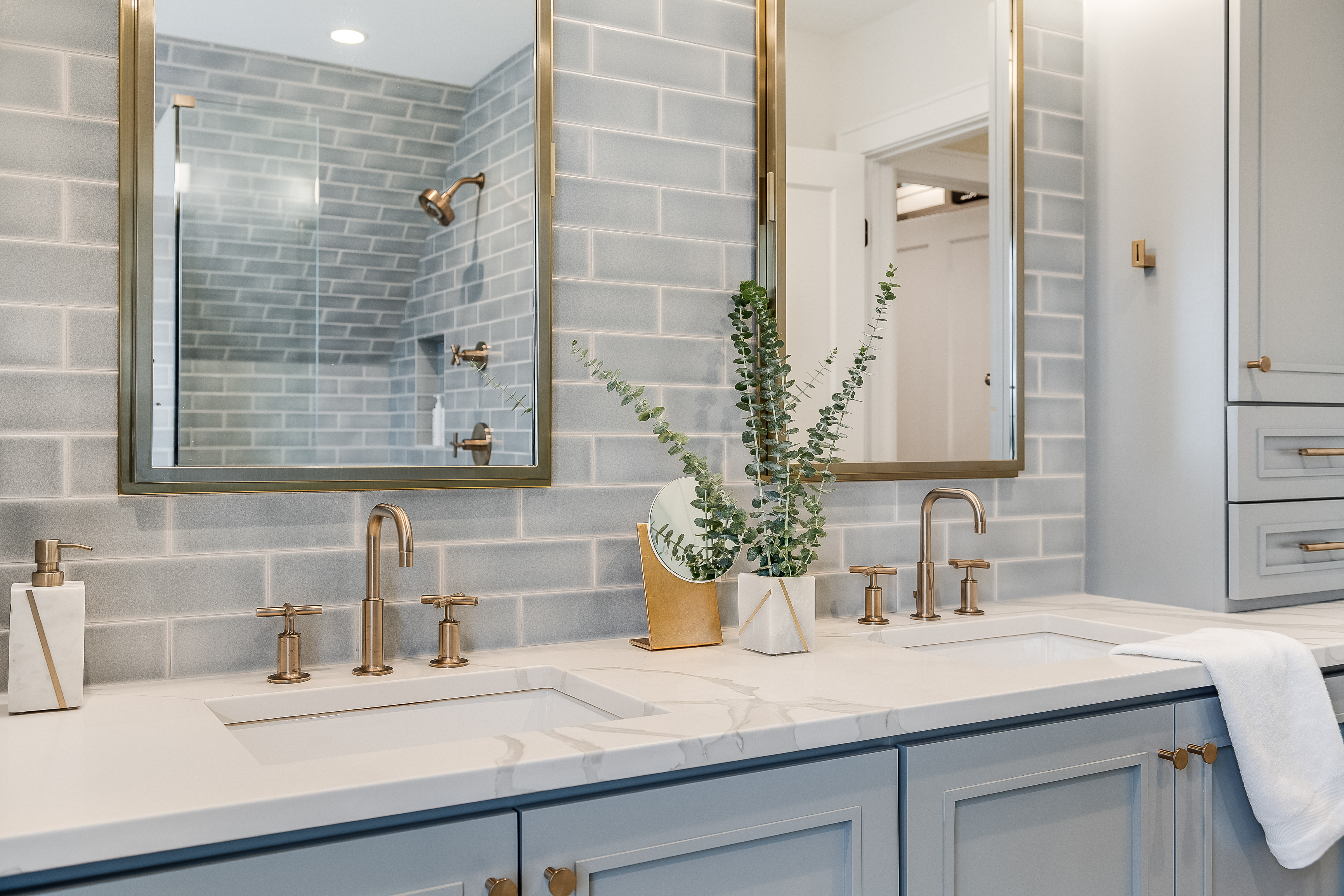 2018_img_q2_hi_res_RIGHTS_FIO_CREATIVE_PHOTO_cara_alyn_interiors_web_hi_resolution_bathroom_shower_surround_and-vanity_accent_wall_foggy_morning_ceramic_3x9_offset_glazed_edge_trim_FC217663_1.jpg?mtime=20190122164958#asset:433435