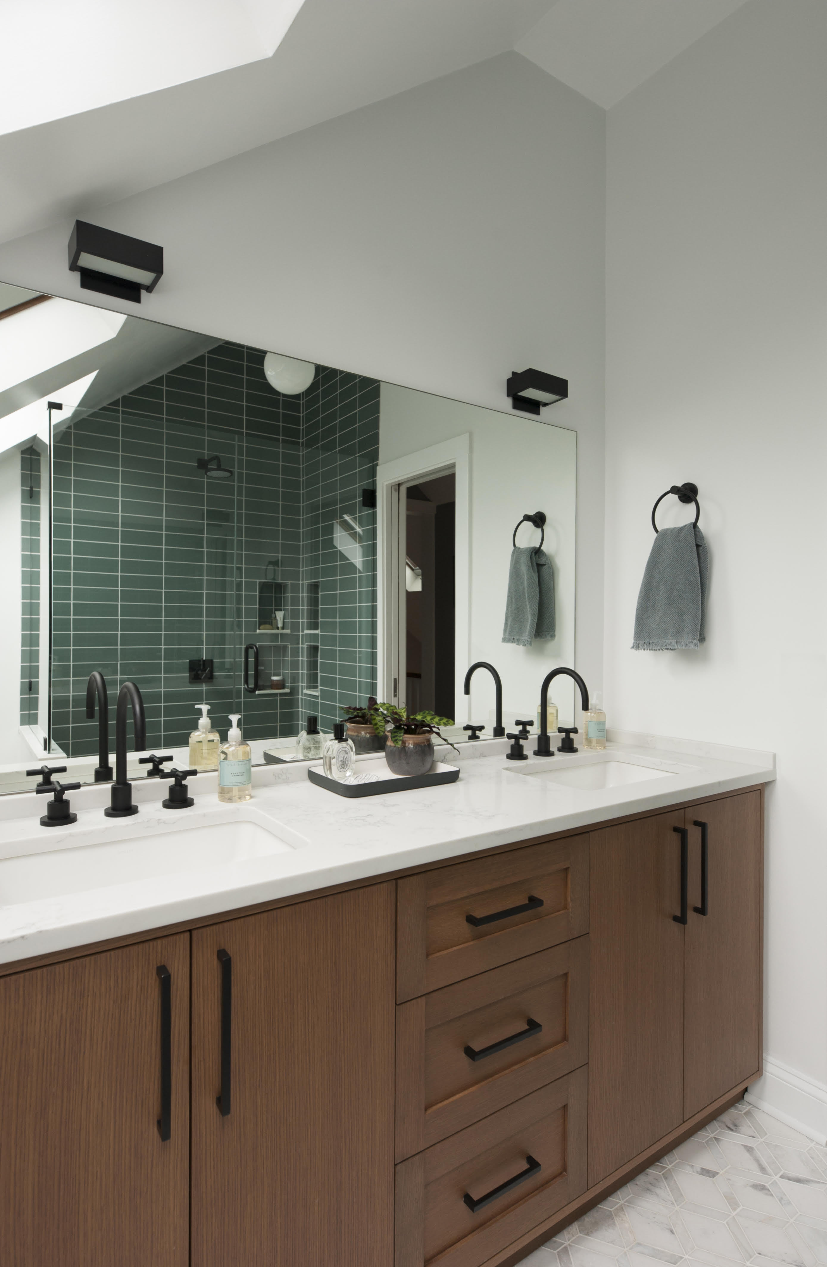 2018_img_residential_RIGHTS_haywoodmade_interiors_petra_ford_paper_and_plate_photography_bathroom_shower_surround_pan_floor_straight_stack_flagstone_3x9_ceramic_glazed_edge_trim_mosaic_222_hex_FC251851_1.jpg?mtime=20190607155423#asset:456453