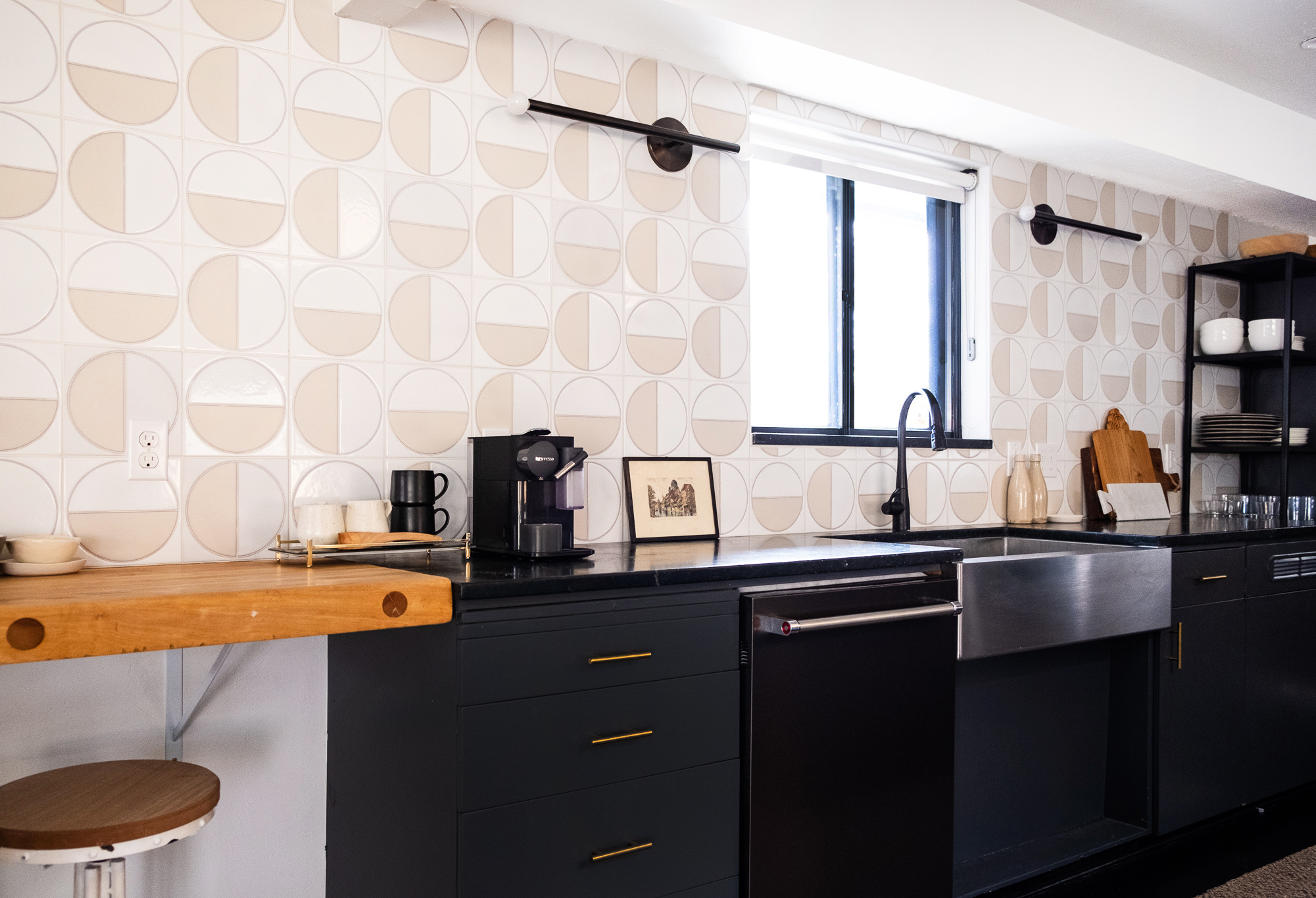 Kirsten Grove's kitchen features our handpainted Harvest tiles in White Motif