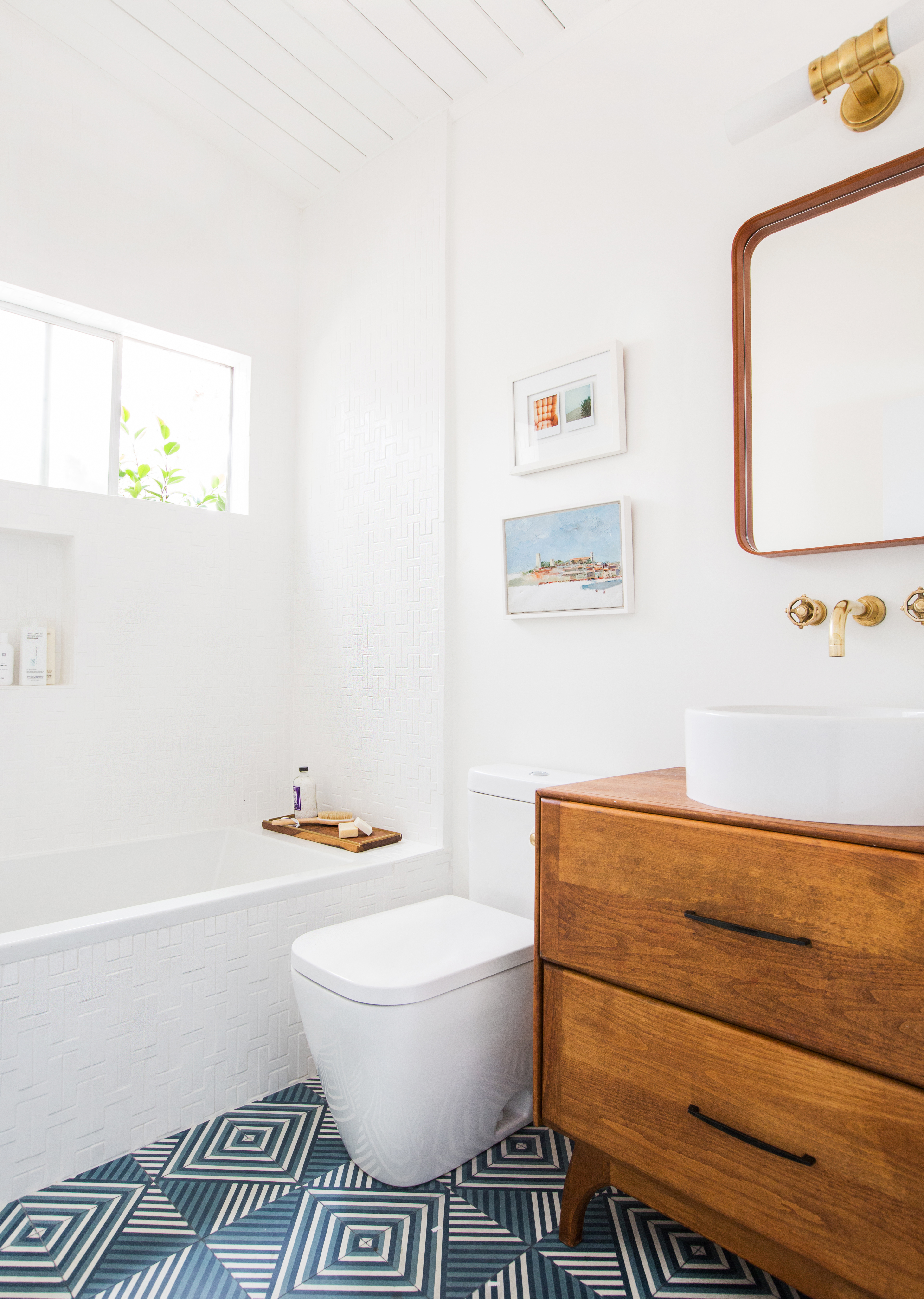 Chaine-Homme-White-Gloss_Photographer-Tessa-Neustadt_Emily-Henderson-Guest-Bathroom_3.jpg?mtime=20190307162135#asset:440584