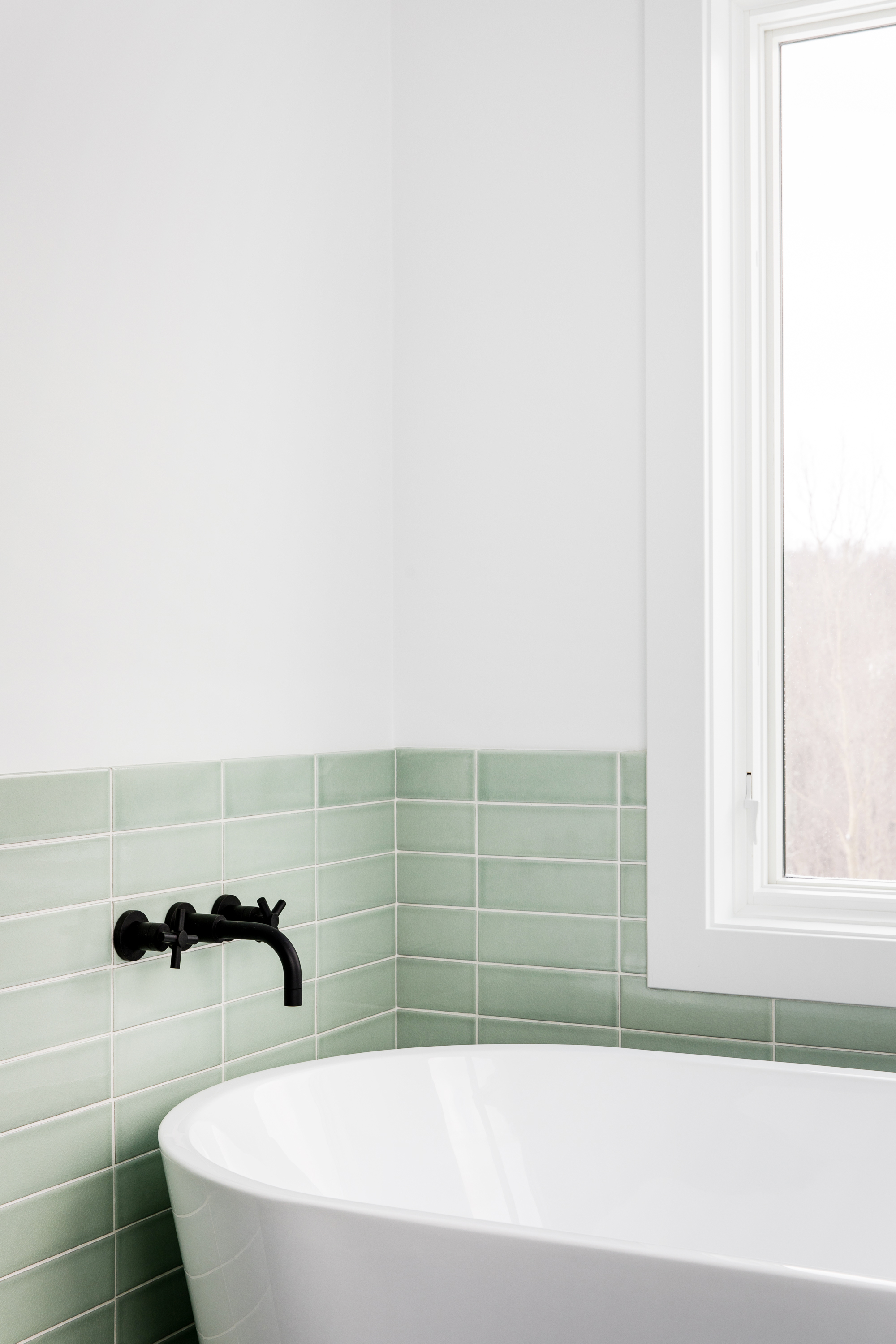 2018_Q1_image_residential_influencer_Fresh_Exchange_master_bathroom_tile_wall_salton_sea_3x9_straight_set_tub_surround_wainscot_detail_3.jpg?mtime=20180610101817#asset:265429