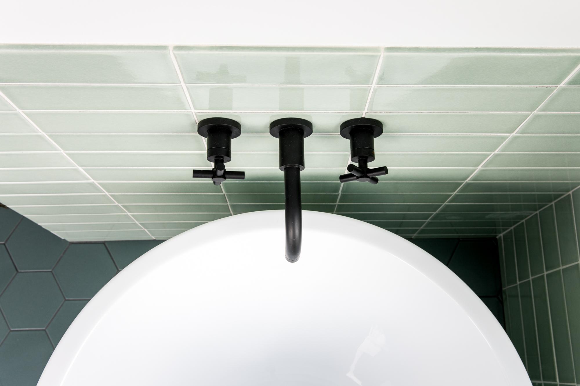 2018_Q1_image_residential_influencer_Fresh_Exchange_master_bathroom_tile_wall_salton_sea_3x9_straight_set_tub_surround_wainscot_glazed_edge_long_detail.jpg?mtime=20180610101837#asset:265432