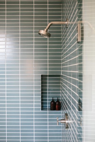 2018_Q1_image_residential_influencer_Jen_Pinkston_bathroom_tile_wall_floor_straight_set_2x8_flagstone_niche_detail_400_600_84_int.jpg?mtime=20181005060008#asset:419532