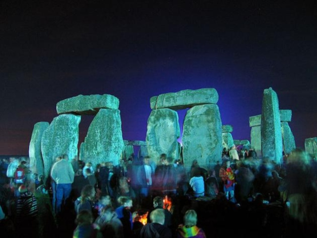 640px-Stonehenge_Summer_Solstice_eve_02